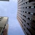 003 ビルの谷間の青空